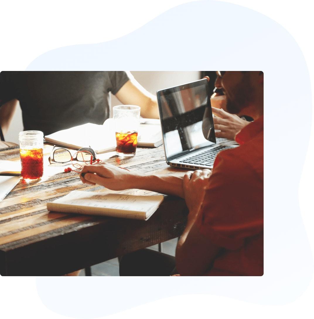 desk-meeting-min